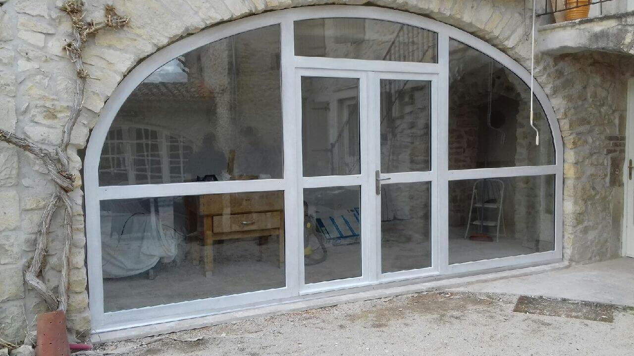 Porte et baie vitrée sous voute Aubenas