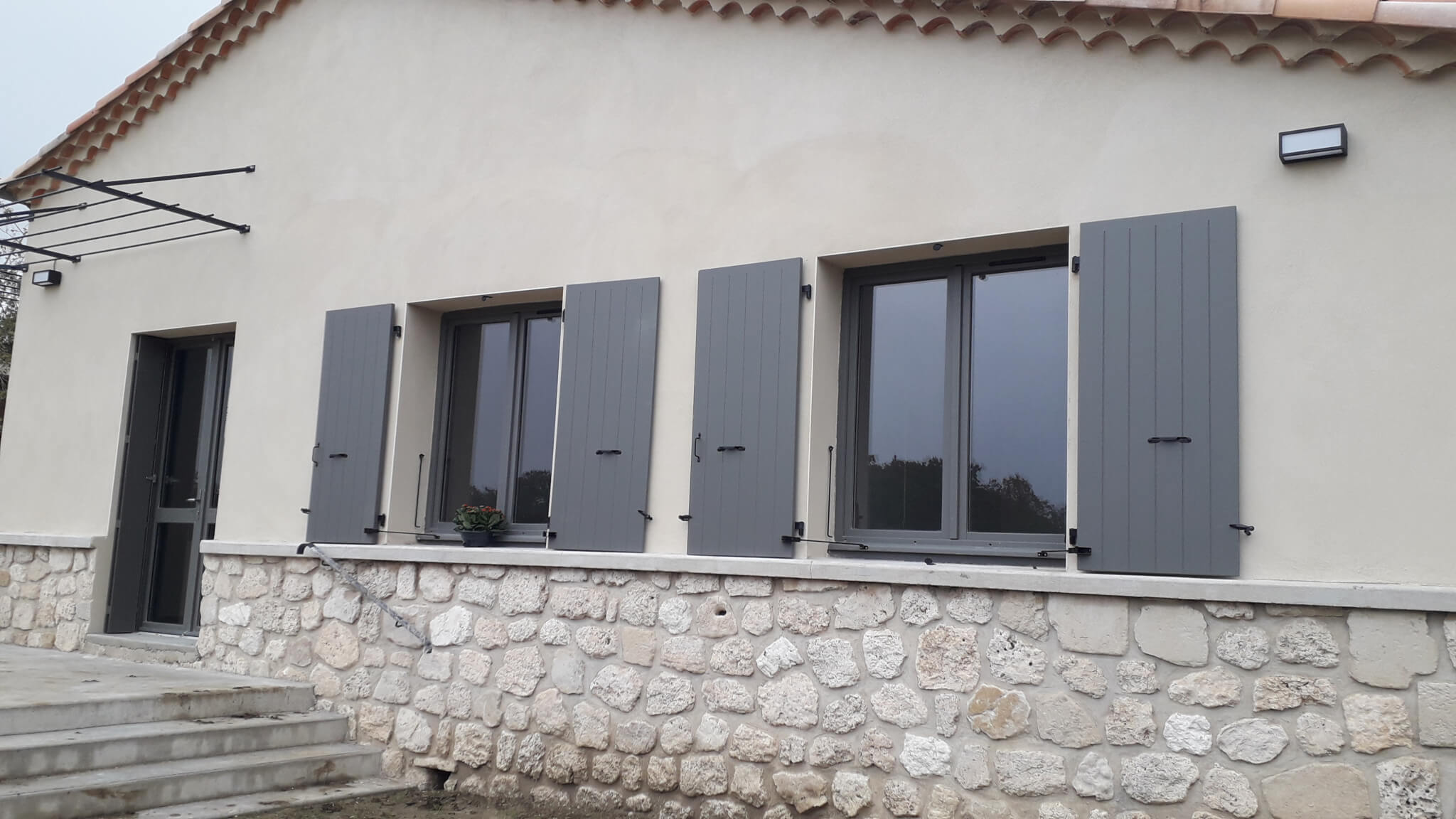 Fenêtres & volets gris Romans